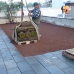 Rollrasen auf dem Dachgarten verlegen